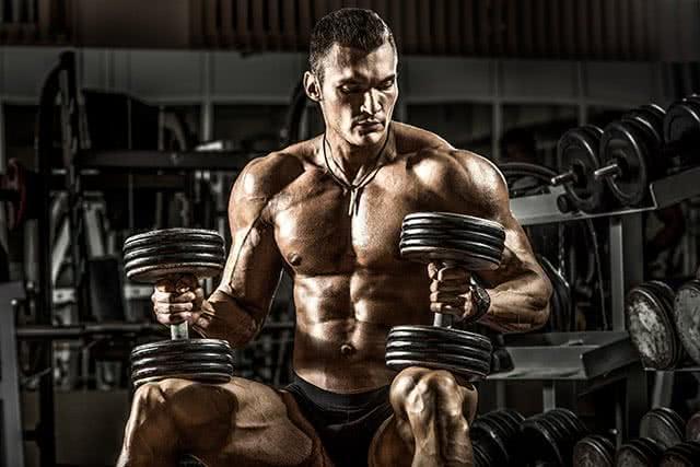 homme-halteres-musculation-programme-volume-endurance
