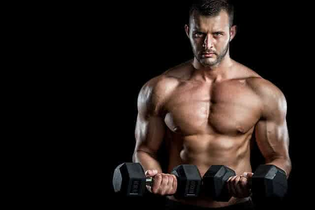 homme-muscle-halteres