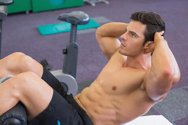 homme-musculation-crunch-abdos