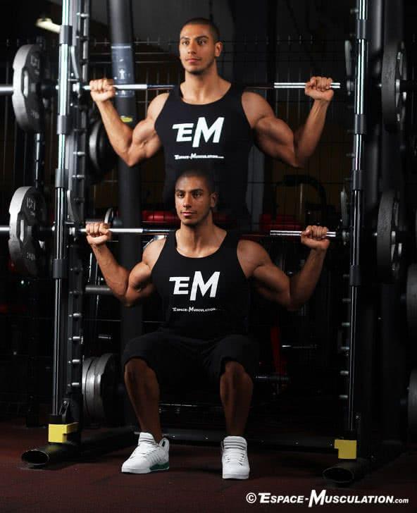 Les 2 variantes du squat barre guidée pour se muscler les jambes