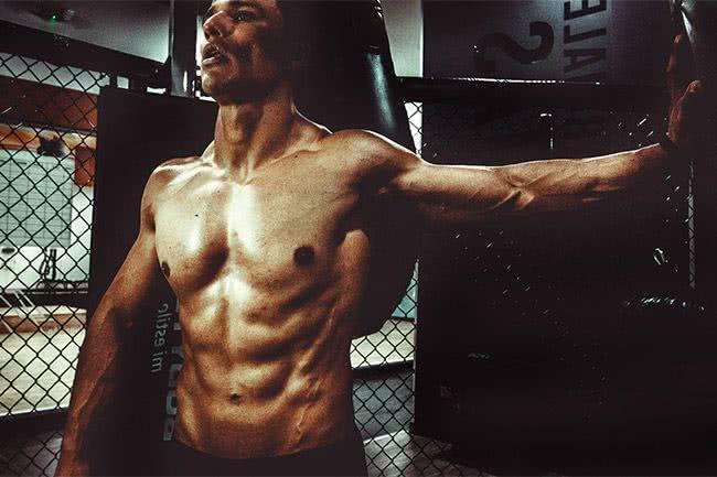 Un bodybuilder frôle l'amputation à cause d'injections d'huile de coco