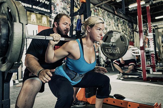 squat-barre-deux-personnes