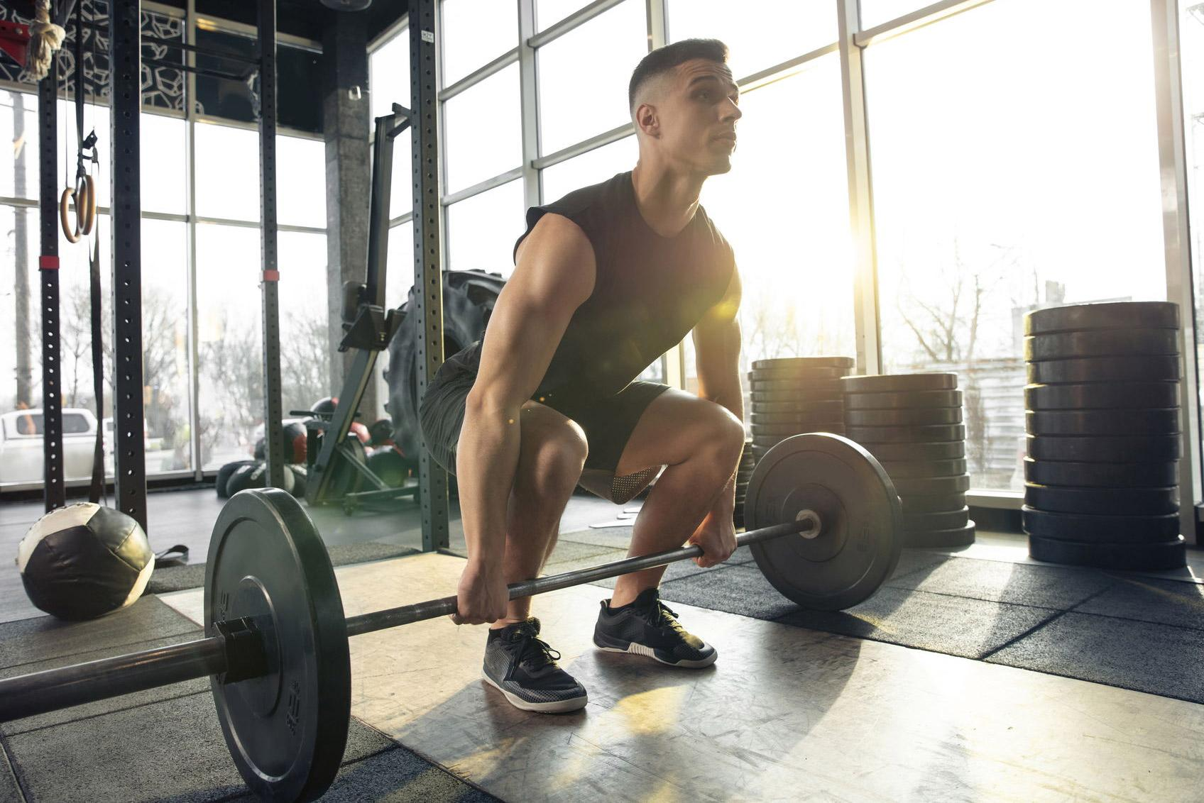 Barres ou haltères : que choisir pour ton entraînement ?